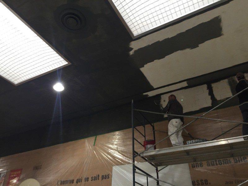 Peinture d'un plafond d'école