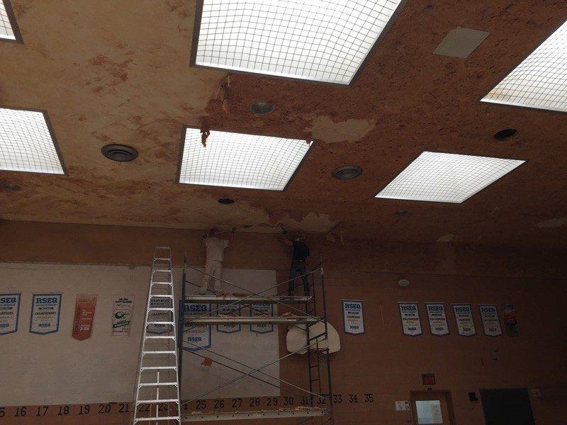 Décapage plafond d'établissement scolaire