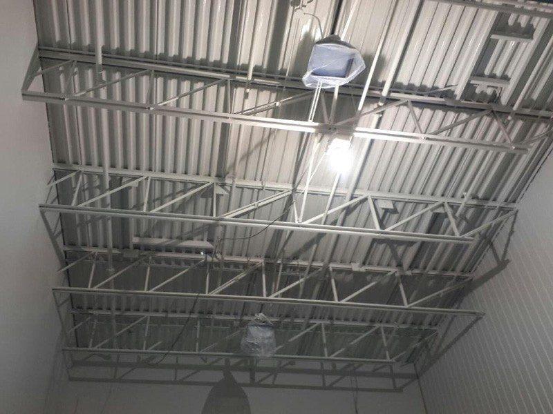 Peinture d'un plafond d'un entrepôt sur la Rive-Sud de Montréal