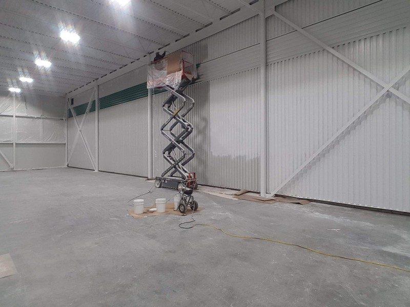 Peinture ignifuge dans l'entrepôt d'une fromagerie