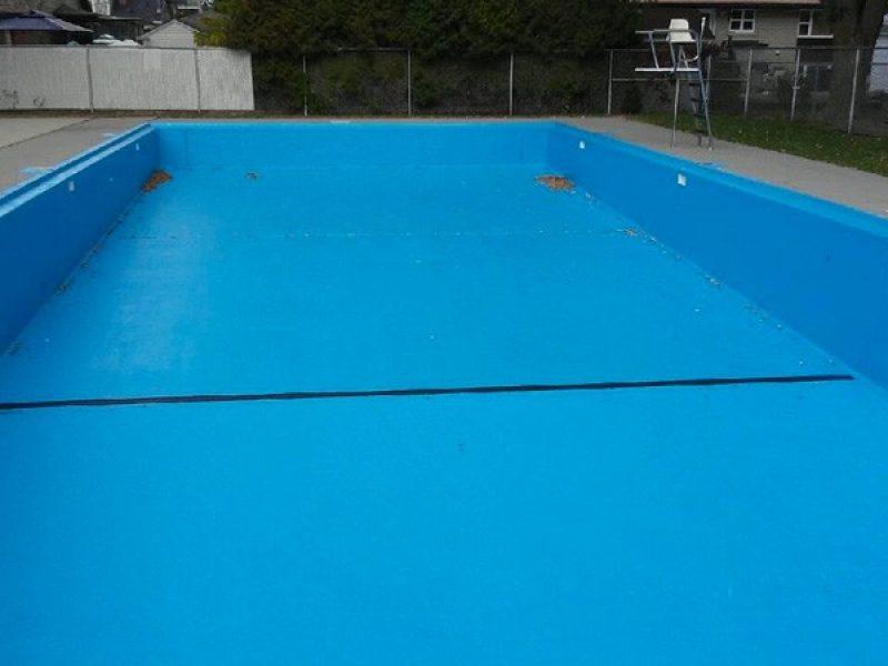 Peinture de plancher de béton d'une piscine