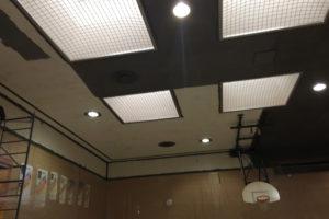 Peinture d'un plafond d'établissement scolaire