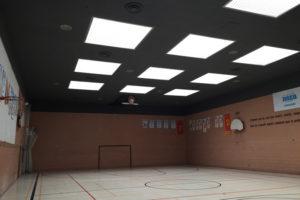 Peinture du plafond d'un gymnase d'école