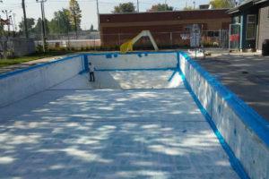 Préparation de plancher de béton d'une piscine
